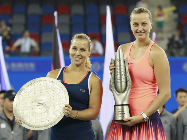 Champion Petra Kvitova (R) and runner-up Dominika Cibulkova pose with their trophies after the final of the 2016 Dongfeng Motor Wuhan Open. | Photo: Kevin Lee/Getty Images