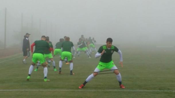 Habituado com sol forte de Recife, tricolor treinou sob neblina em Chapecó (Foto: Jamil Gomes/Santa Cruz)