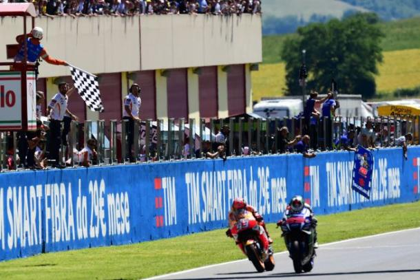 A fantastic battle between Marquez and Lorenzo ended in Lorenzo stealing the win - www.motoblog.it