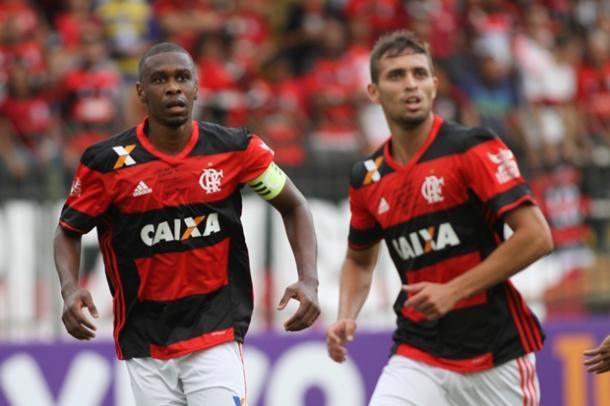 Juan e Léo Duarte, duas gerações de zagueiros do Rubro-Negro (Foto: Gilvan de Souza/Flamengo)