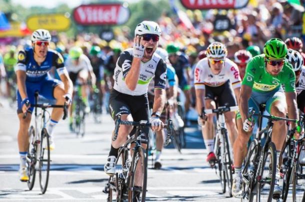 La gioia di Cavendish. Accanto a lui Sagan, dietro Kittel. Fonte foto: letour.fr