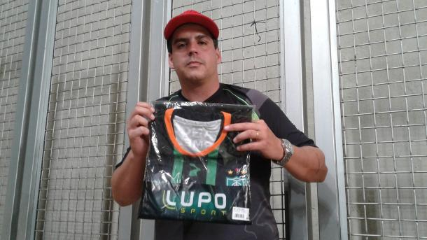 Cristiano Bicalho foi um dos torcedores contemplados com a camisa oficial do América-MG (Foto: Matheus Adler/VAVEL Brasil)