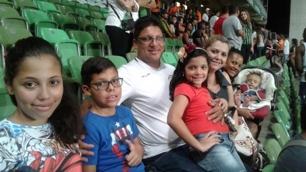 Darci Teixeira levou a família inteira para o Independência (Foto: Matheus Adler/VAVEL Brasil)