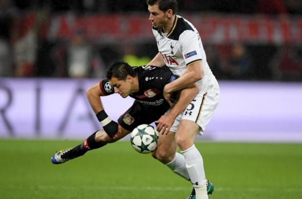 Chicharito si fa largo come può nella gara d'andata - Foto Champions League