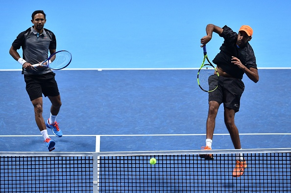 Raven Klaasen watches Rajeev Ram hit a return to Jamie Murray and Bruno Soares (Photo:Glyn Kirk/Getty Images)