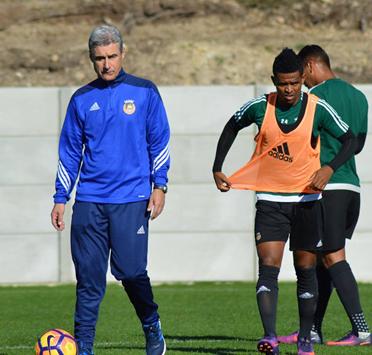 Luis Castro es sus primeros entrenamientos. Foto: @rioave_fc