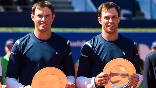 Bryan Brothers with the Barcelona Open BancSabadell trophy (Photo: David Ramos/Getty Images)