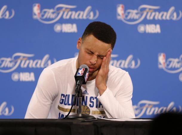 Curry se lamenta en rueda de prensa tras perder las finales / Foto: Mercurynews.com