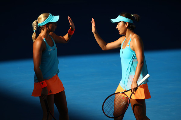 Hlavackova and Peng during the match, wearing identical outfits | Photo: Clive Brunskill/Getty Images AsiaPac