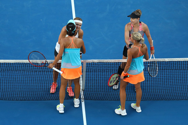 Both teams meet at the net after the match | Photo: Cameron Spencer/Getty Images AsiaPac