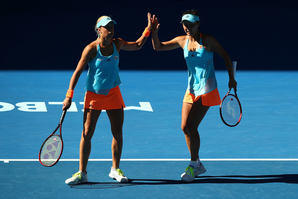 Andrea Hlavackova and Peng Shuai in the early stages of the match | Photo: Clive Brunskill/Getty Images AsiaPac