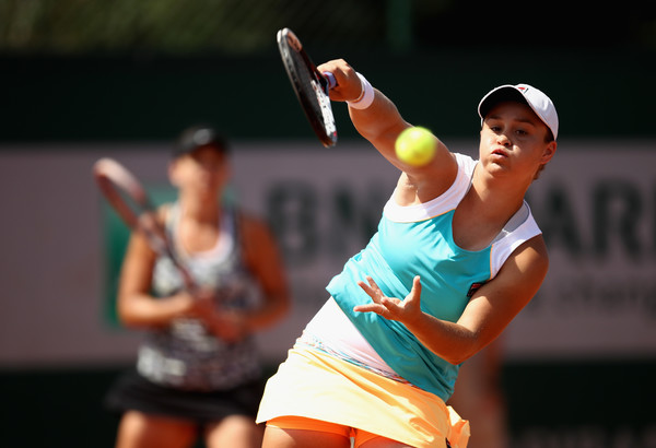 Ashleigh Barty hits a smash in the match | Photo: Julian Finney/Getty Images Europe