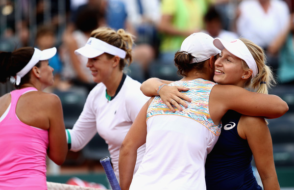 All four players share warm handshakes and hugs at the net after the match | Photo: Julian Finney/Getty Images Europe
