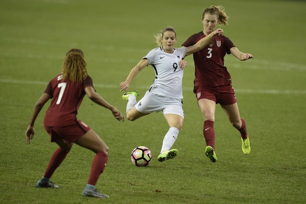 Midfielder Samantha Mewis and defender Casey Short  attempt to stop  French forward Eugenie Le Sommer during the SheBelieves Cup | Photo: Brendan Smialowski - AFP