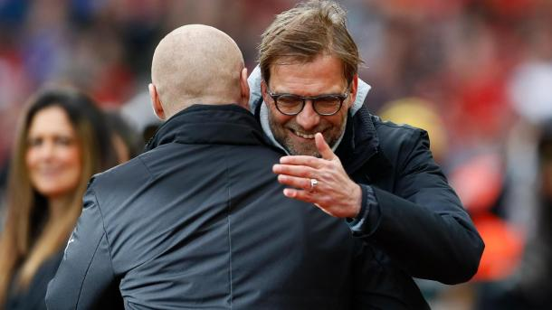 Dyche y Klopp se saludan amigablemente | Foto: Premier League.