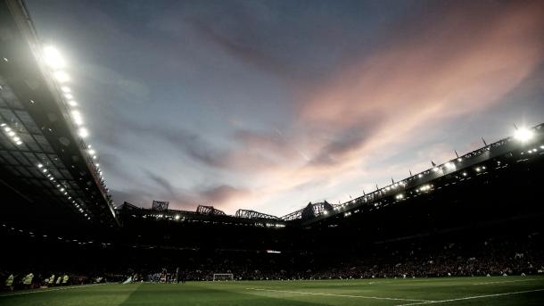El anochecer en Old Trafford/ Foto: Página Premier League