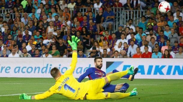 Piqué, que decidiu o clássico na pré-temporada, marcou contra desta vez (Foto: Reuters)
