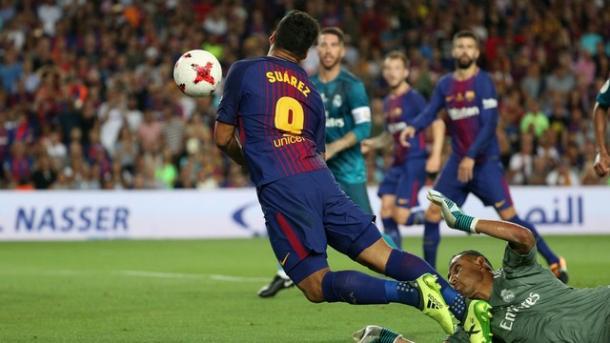 Suárez cavou pênalti que terminou em gol de Messi (Foto: Reuters)