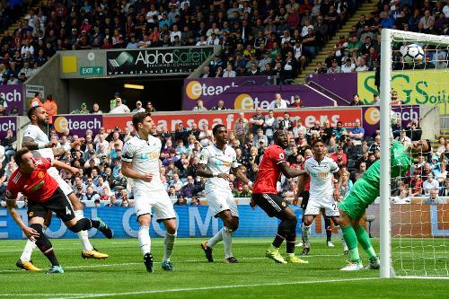 United mostra mais qualidade no setor ofensivo e sai em vantagem no primeiro tempo (Foto: Divulgação/Premier League)