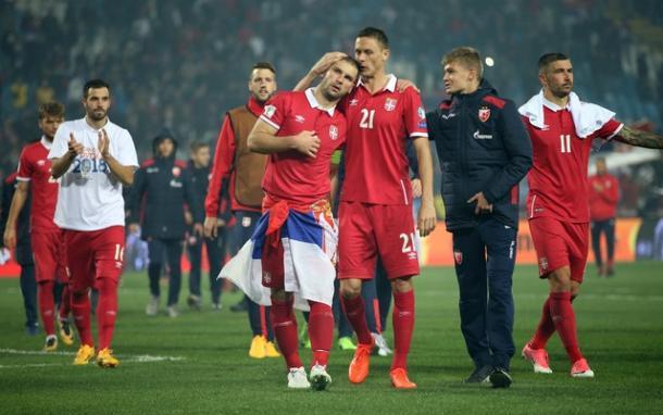 Ivanovic e Matic se abraçam depois da classificação da Sérvia (Foto: REUTERS/Marko Djurica)