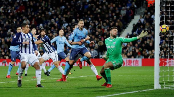 Foster no pudo evitar el gol en propia puerta de Evans | Foto: Premier League.