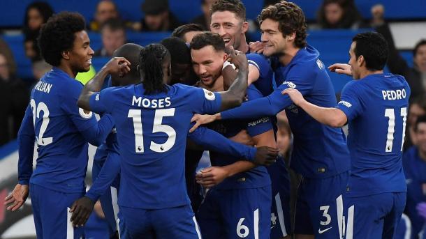 El festejo de Drinkwater con sus compañeros tras el bautismo de gol   Foto: Premier League.