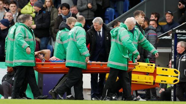 Scott Dann deja el campo de juego en presencia de Hodgson   Foto: Premier League.