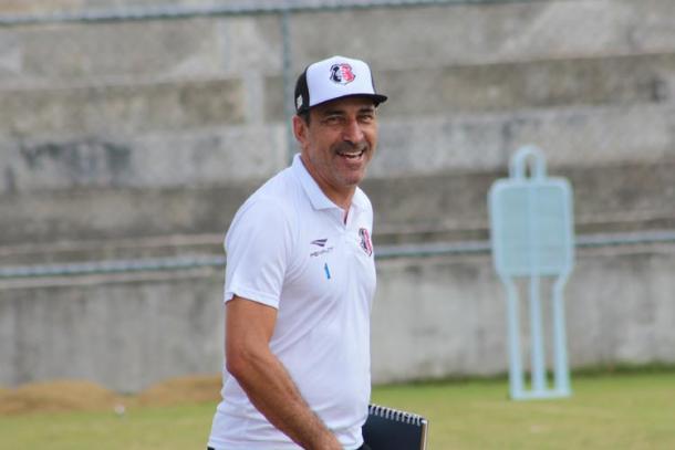 Treinador comemora boa fase da defesa tricolor no início de temporada (Foto: Rodrigo Baltar/Santa Cruz)