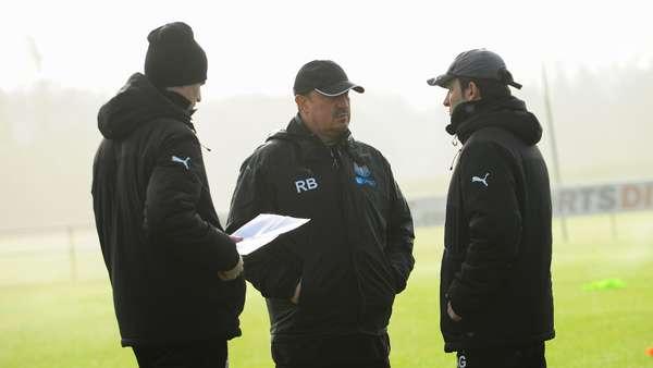 Benítez en un entrenamiento con sus asistentes. Foto: Newcastle United