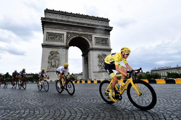 Froome pasa de amarillo junto al Arco del Triunfo. | Foto: TDF
