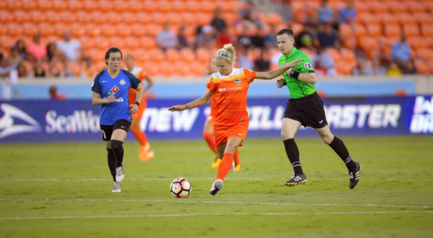 Dash forward, Rachel Daly taking a shot. | Photo: Houston Dash- @HoustonDash Twitter