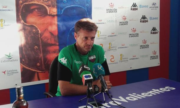 Agustín Izquierdo, técnico del Extremadura. | Foto: Carlos Gómez, VAVEL