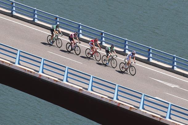 Los cinco escapados pasando por un puente | Foto: PhotoGomezSport - La Vuelta