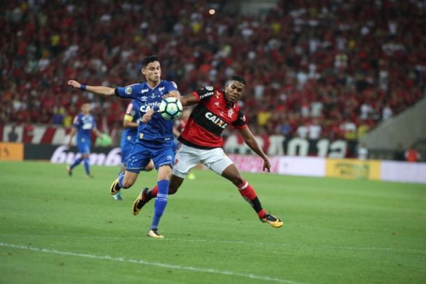 Berrío levou a melhor sobre Diogo Barbosa no primeiro tempo; melhores oportunidades do Fla saíram pelo lado do colombiano | Foto: Gilvan de Souza/Flamengo