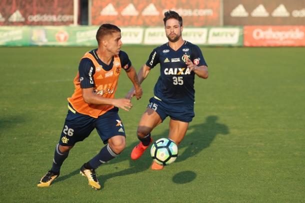 Cuéllar e Diego participaram normalmente de treino nesta sexta (Foto: Gilvan de Souza/Flamengo)