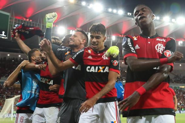 Elenco comemora classificação na Sul-Americana (Foto: Gilvan de Souza/Flamengo)