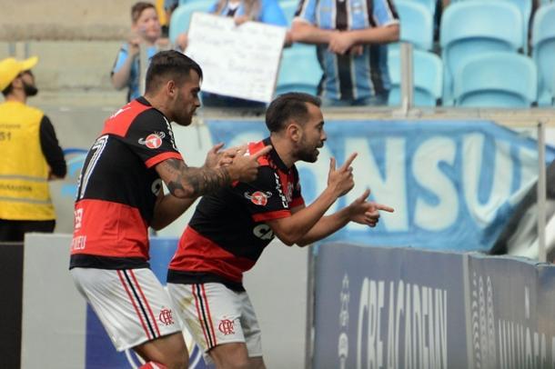 Éverton Ribeiro e Felipe Vizeu comemoram gol em homenagem a Guerrero (Foto: Staff Images/Flamengo)