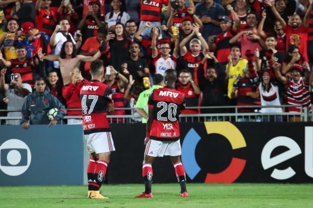 Vizeu e Vinicius Junior comemoram gol do Flamengo (Foto: Gilvan de Souza/Flamengo)
