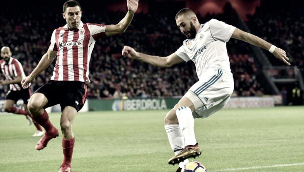 Karim Benzema con el esférico ante el defensor, Oscar De Marcos   Foto: Real Madrid