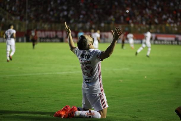 Diego agradeceu aos céus após selar a vitória rubro-negra; meia não vem de boas atuações nas últimas partidas | Foto: Gilvan de Souza/Flamengo