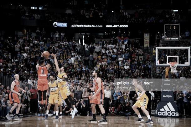 Russell Westbrook lanza el triple que daría la victoria a OKC en el partido en que batió el récord de triples-dobles en una temporada de Oscar Robertson | Foto: Bart Young, GettyImages