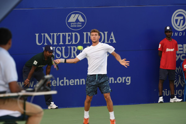 Renzo Olivo striking a forehand in his first round match (Photo: @chennaiopen)