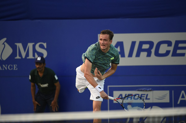 Daniil Medvedev serving up a win against Dudi Sela (Photo: @chennaiopen)