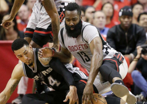 La lotta tra James Harden e Danny Green - Foto Times Union