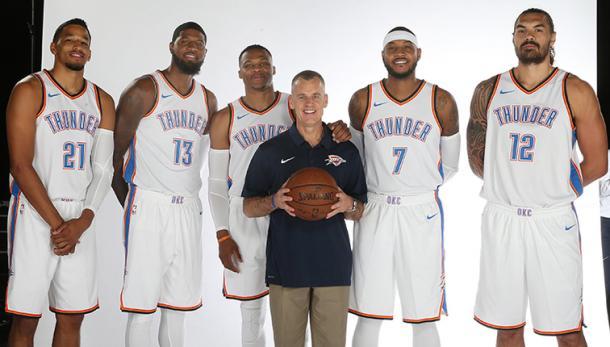 Billy Donovan junto a su quinteto inicial en el 'Media Day' | Foto: nba.com/thunder
