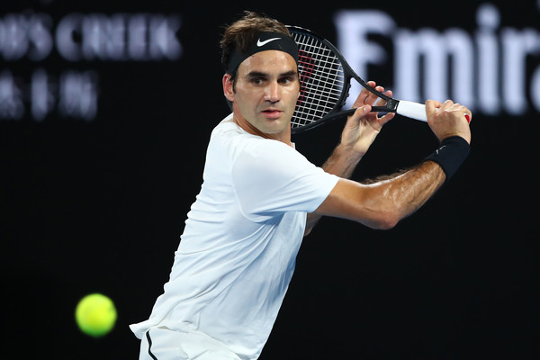 Roger Federer lunges to hit a backhand slice against Marin Cilic during the final of the 2018 Australian Open. | Photo: Clive Brunskill/Getty Images