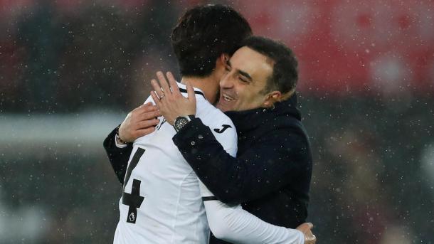 Ki abraza a Carvahal, quien desde su llegada ha sacado lo mejor de los Swans | Foto: Premier League.
