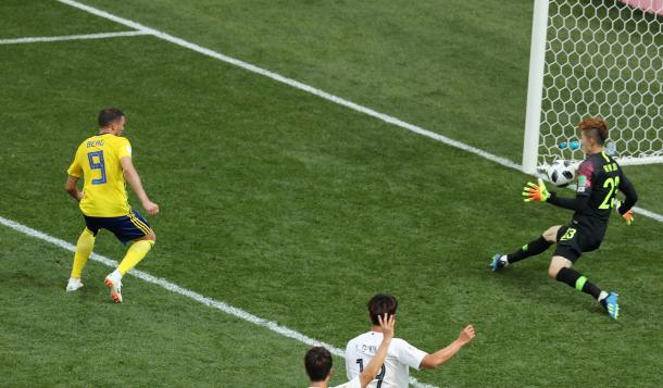 Opción clara de Berg frente al portero Jo. Fotografía: AFP