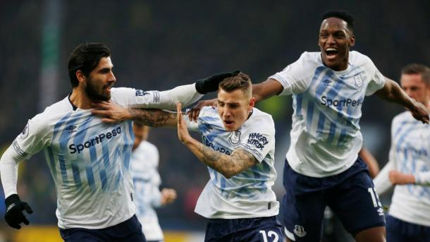 Digne celebrando su primer gol. Foto: Premier League.