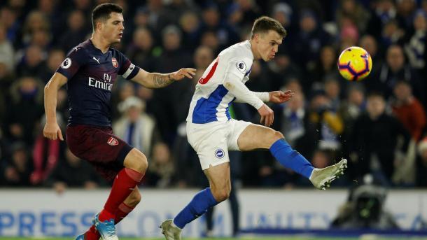 Xhaka disputando el balón. Foto: Premier League.